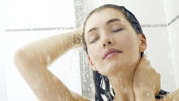 10 benefícios de saúde cientificamente comprovados de tomar banho
